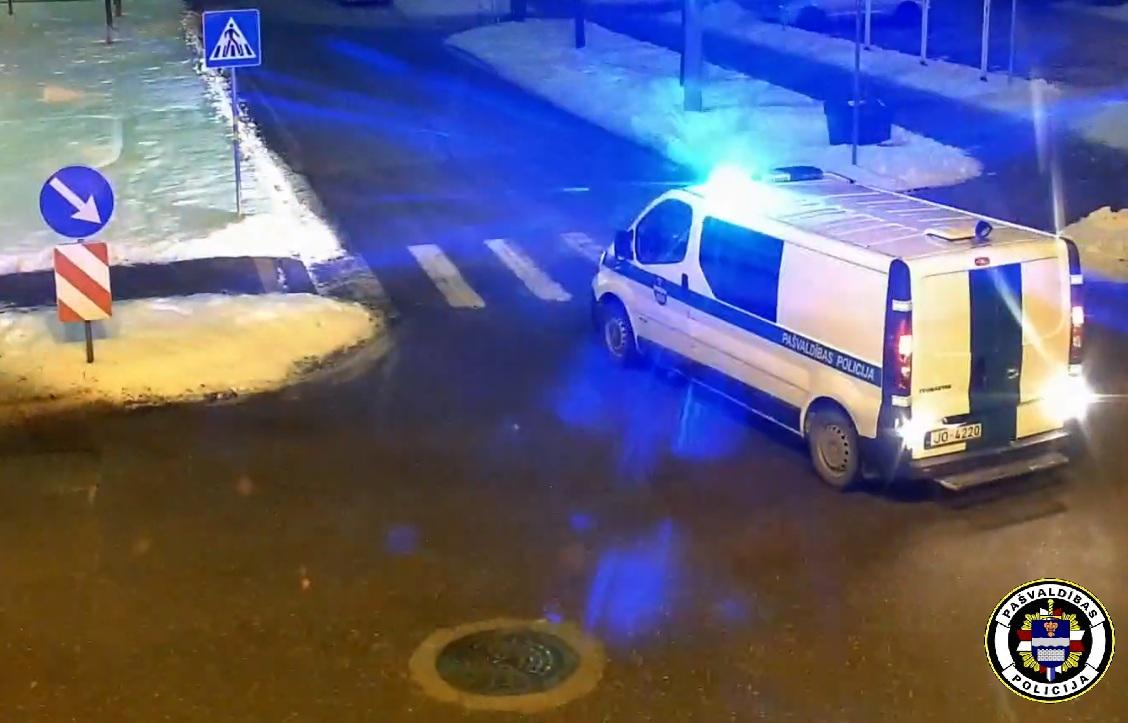 Pašvaldības policija aiztur personu par sveša īpašuma bojāšanu.