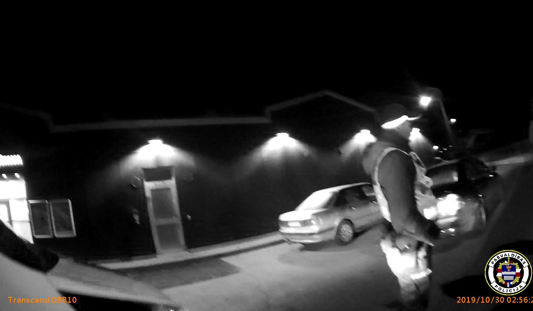 Policijas redzeslokā nonāk divas personas sakarā ar automašīnu vadīšanu bez tiesībām.
