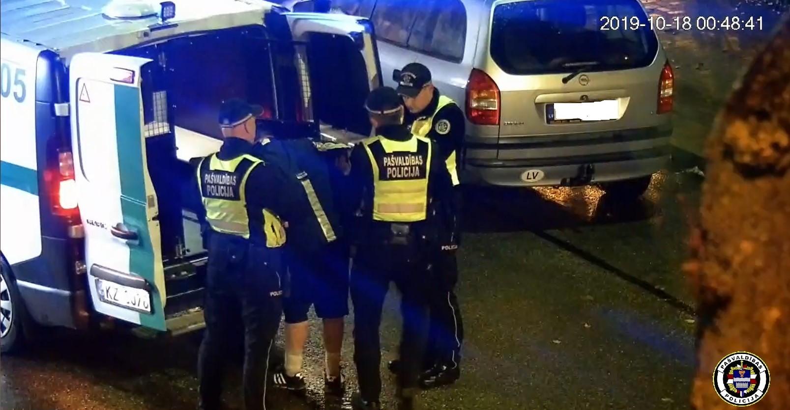 Par transportlīdzekļa riepu bojāšanu tiek aizturēts vīrietis.