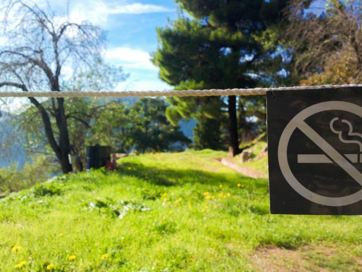 Policija atgādina kur ir aizliegts smēķēt.